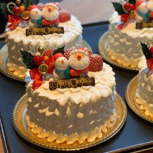 本日から、ショーケースにクリスマスケーキが並びます*